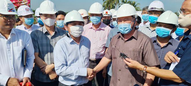 Bộ trưởng Nguyễn Văn Thể (áo trắng) và Bí thư Tỉnh ủy Vĩnh Long Trần Văn Rón (áo sẫm) bắt tay thể hiện sự quyết tâm hoàn thành dự án đường cao tốc Mỹ Thuận - Cần Thơ trong năm 2022 /// ẢNH: B.B