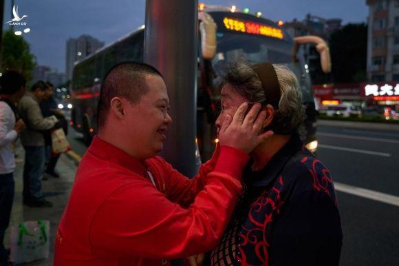 Du không nói ra nhưng cha mẹ nào cũng mong được ở bên cạnh con khi về già. Ảnh: China Daily.