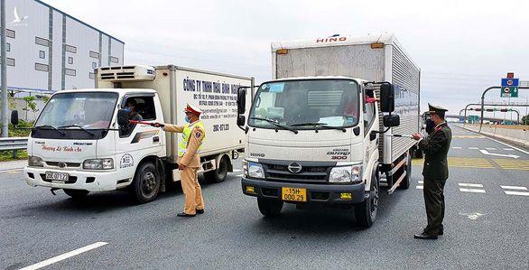 Lực lượng chức năng Hải Phòng yêu cầu xe không bảo đảm về phòng chống dịch bệnh phải quay đầu không vào địa phận Hải Phòng.