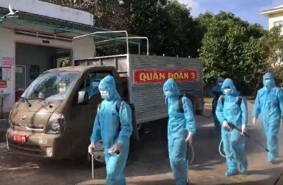 Lực lượng Quân đoàn 3 thực hiện tiêu độc, khử trùng tại TX.Ayun Pa, Gia Lai /// ẢNH: TRẦN HIẾU