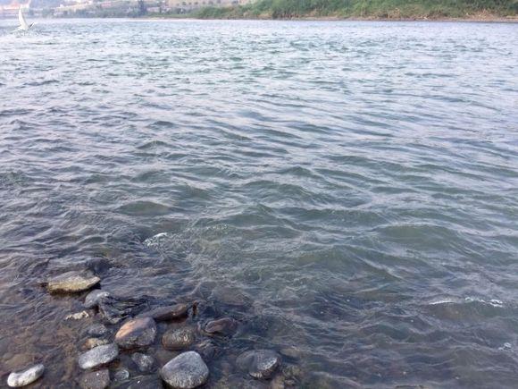 Nước sông Hồng chuyển màu tháng 2/2021. Ảnh: Phạm Ngọc Triển