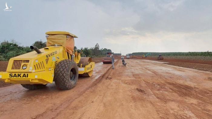 Tại gói thầu XL04, nhà thầu đã thi công thử phần nền đường, đồng thời chuẩn bị vật liệu, thiết bị để sắp tới có thể thi công trên toàn gói.