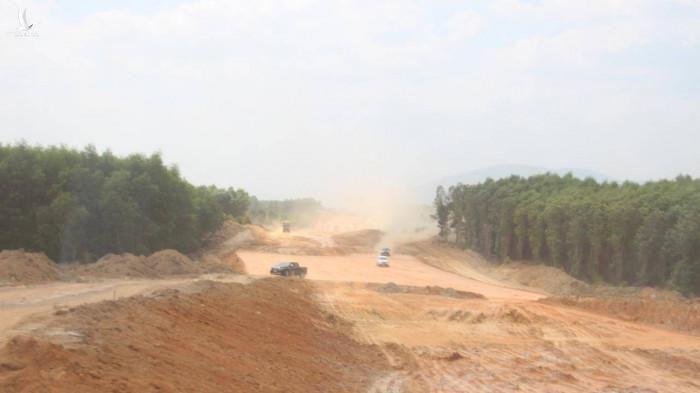 Tuyến đường băng qua giữa những rừng cao su bạt ngàn ở Đồng Nai
