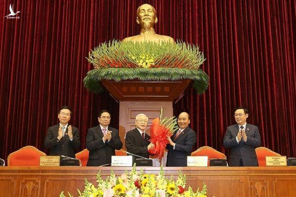 Thủ tướng Nguyễn Xuân Phúc chúc mừng Tổng Bí thư Nguyễn Phú Trọng.