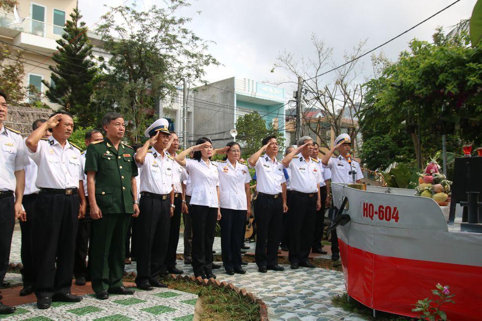 Lễ tưởng niệm 64 liệt sĩ hy sinh ở Gạc Ma: Nhớ con, mẹ già bật khóc - ảnh 1