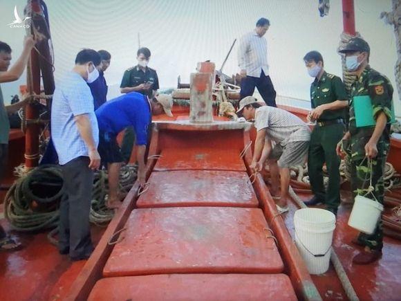 Lực lượng biên phòng kiểm tra hàng hóa trên tàu cá /// Nguyễn Long