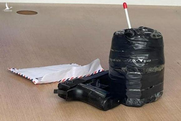 Khống chế nghi phạm mặc đồng phục xe ôm công nghệ cầm súng cướp ngân hàng - ảnh 2