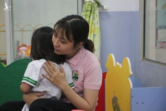 Nhiều giáo viên mầm non cho biết công việc rất vất vả, áp lực /// Nguyễn Loan