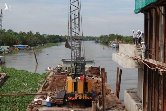 'Siêu' công trình thủy lợi lớn nhất Việt Nam 3.300 tỉ đồng lắp cửa van 'khổng lồ' - ảnh 5