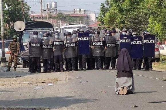 Ảnh nữ tu quỳ gối xin cảnh sát dừng trấn áp người biểu tình chấn động Myanmar - 1