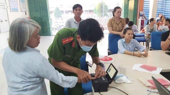 Tổ tiếp nhận số 1 đang thực hiện tiếp nhận hồ sơ cấp CCCD tại bộ phận tiếp nhận và trả kết quả UBND TP.Phú Quốc /// ẢNH: HOÀNG TRUNG