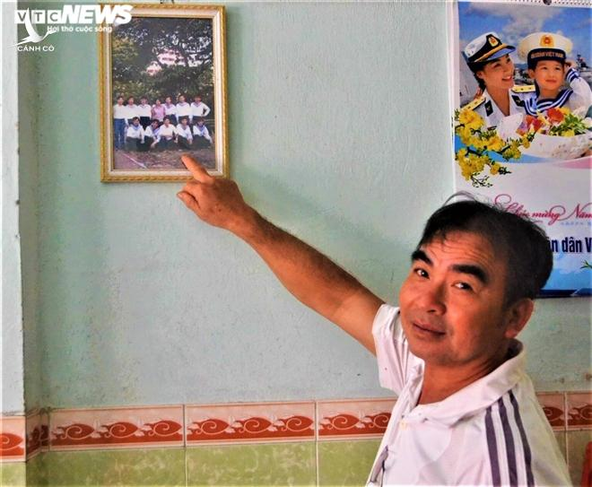 Tấm ảnh chụp cùng 8 đồng đội được ông treo trang trọng trên tường nhà.