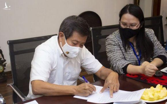 Ông Đoàn Ngọc Hải thực hiện thủ tục hủy di chúc 3 tỉ đồng trước đây đã trao cho doanh nhân Hải Dương Lê Thanh Hải /// Ảnh: Hải Yến