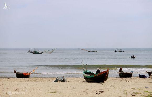 Biển Thạch Hải(huyện Thạch Hà), cách mỏ sắt Thạch Khê hơn 1 km, là nơi tỉnh Hà Tĩnh dự kiến kết hợp phát triển du lịch. Ảnh: Đức Hùng