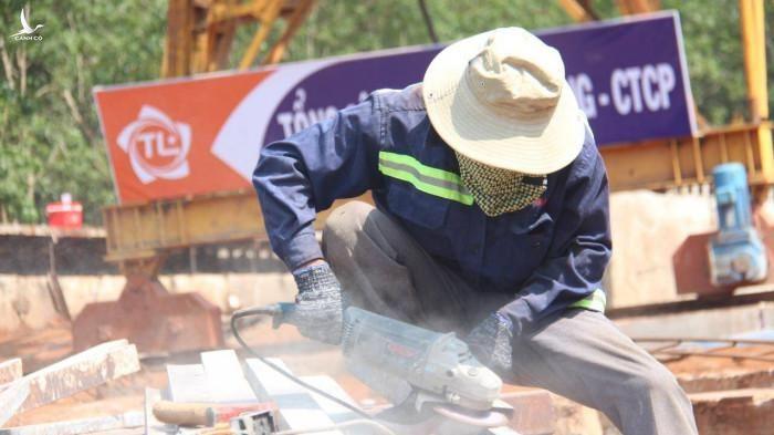 Công nhân ngày đêm bám công trường để đảm bảo tiến độ dự án đề ra