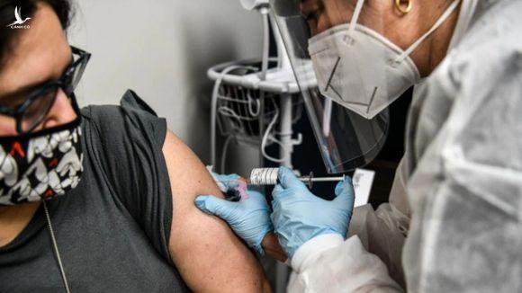 Vì sao người đã tiêm vắc xin COVID-19 vẫn phải đeo khẩu trang? - Ảnh 3.