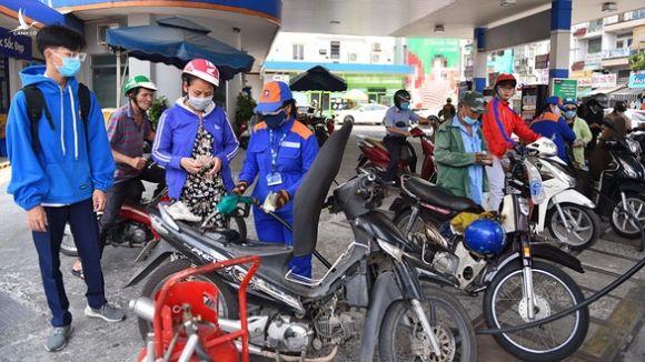 Giá xăng dầu ngày càng đắt, lo vỡ quỹ bình ổn - Ảnh 1.