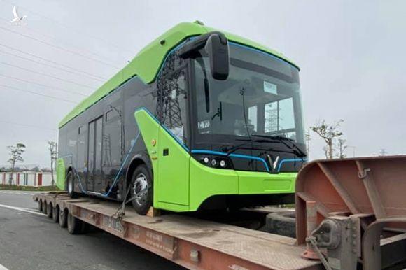 Lộ ảnh xe bus điện VinFast được vận chuyển về Hà Nội - Ảnh 3.