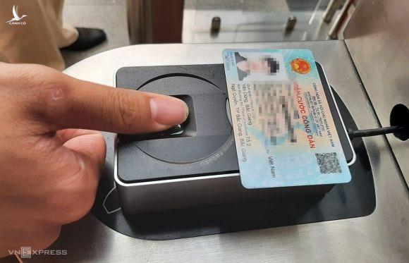 Loại thẻ căn cước mới có thể dùng làm thẻ mở cửa ra vào các khu vực cổng cơ quan thông qua xác thực thông tin trên con chip và vân tay. Ảnh: Bá Đô