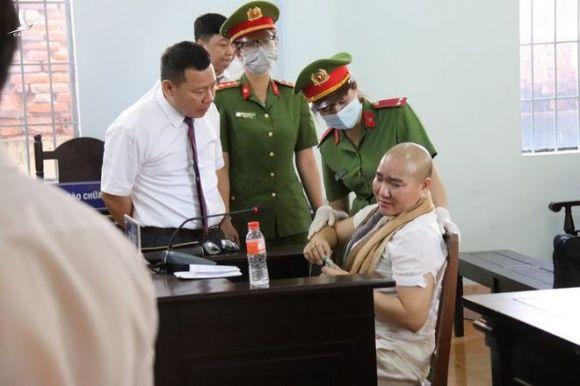 Bị cáo Trần Thị Ngọc Nữ (ngồi) tại phiên tòa sơ thẩm sáng 18.3.2021 /// Ảnh: H.Linh