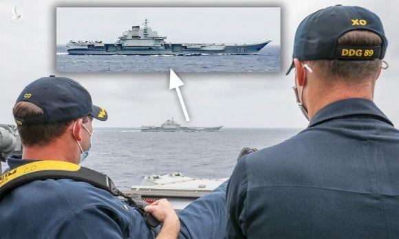 Chỉ huy khu trục ham Mỹ USS Mustin quan sát tàu sân bay Liêu Ninh của Trung Quốc tại biển Hoa Đông hồi đầu tháng 4. Ảnh: US Navy.