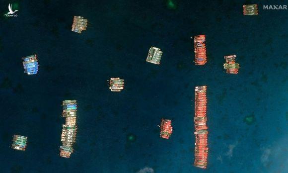 Ảnh chụp vệ tinh tàu cá Trung Quốc kết thành bè ở bãi Ba Đầu trên Biển Đông ngày 23/3. Ảnh: AP.