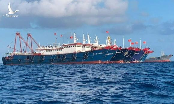 Tàu Trung Quốc neo đậu ở bãi Ba Đầu ngày 27/3. Ảnh: AP.