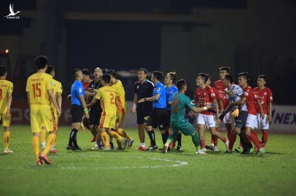 Cầu thủ, HLV TP.HCM nổi loạn, cảnh sát cơ động hộ tống trọng tài rời sân - 5