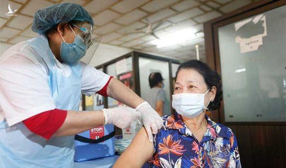 Campuchia tiêm chủng bắt buộc đối với toàn bộ công chức, lực lượng vũ trang - Ảnh 1.