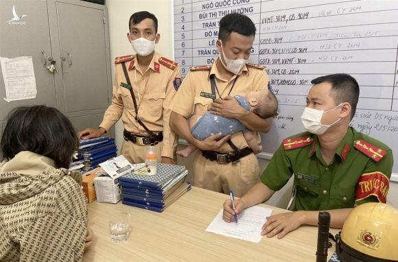CSGT Hải Phòng kịp thời ngăn người mẹ trẻ ôm con nhỏ định nhảy cầu tự tử - 2