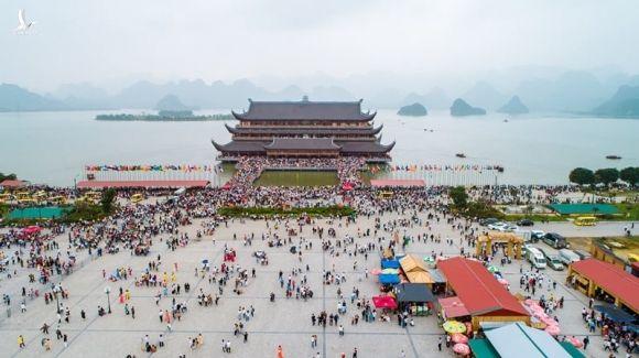 Hàng nghìn người phải xét nghiệm khẩn sau nữ nhân viên chùa Tam Chúc nhiễm Covid-19 - Ảnh 2.