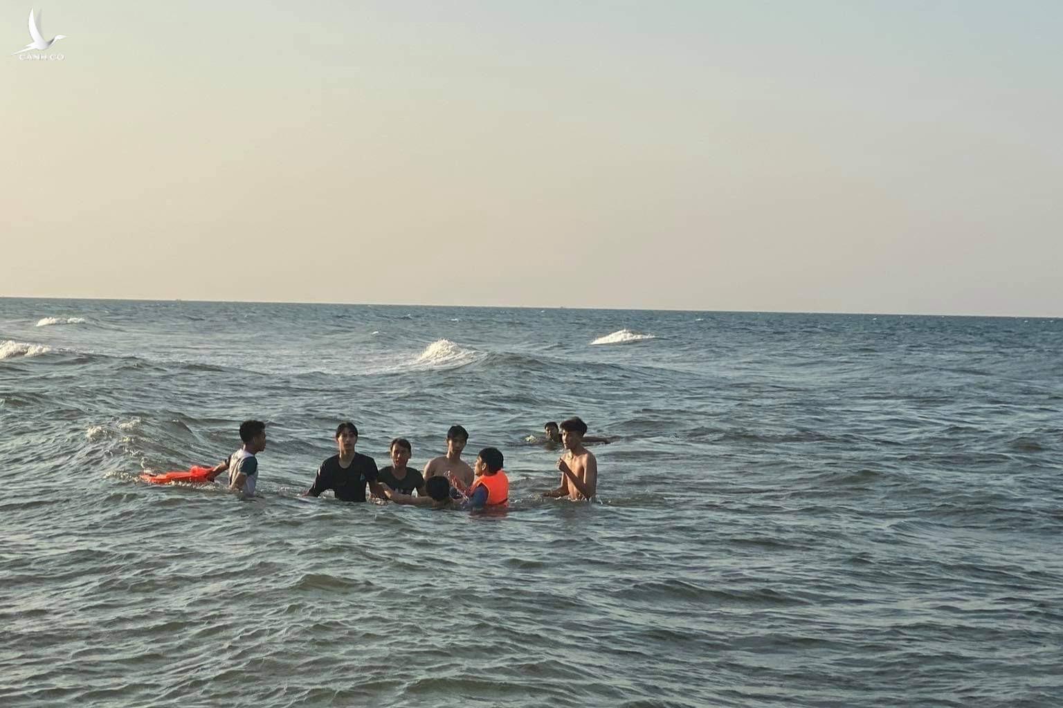 Anh Thắng với sự giúp đỡ của người dân kịp thời cứu sống em nhỏ bị đuối nước trên biển.