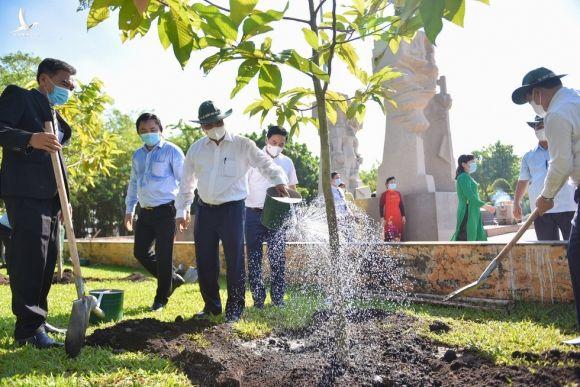 Chủ tịch nước Nguyễn Xuân Phúc dâng hương tưởng niệm tại Ngã ba Giồng - Ảnh 3.