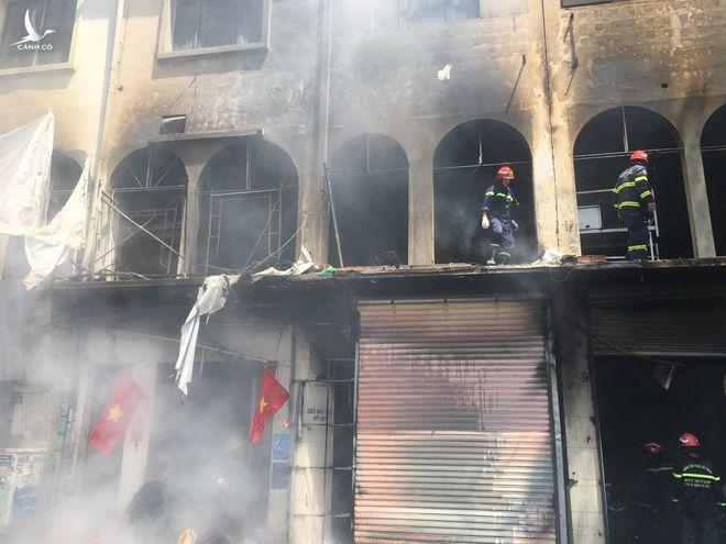 NÓNG: Dãy nhà dân ở trung tâm Sài Gòn bốc cháy dữ dội sáng 1/5 - Ảnh 1.