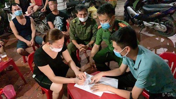 Chủ một quán bia tại xã Thượng Đình (H.Phú Bình, Thái Nguyên) bị lập biên bản, xử phạt hành chính vì vi phạm quy định phòng chống dịch Covid-19 /// Ảnh Báo Thái Nguyên