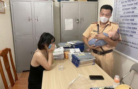CSGT Hải Phòng kịp thời ngăn người mẹ trẻ ôm con nhỏ định nhảy cầu tự tử - 1