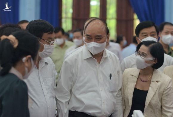 Chủ tịch nước Nguyễn Xuân Phúc trao đổi với cử tri trước buổi tiếp xúc vận động bầu cử /// ẢNH: NGUYÊN VŨ