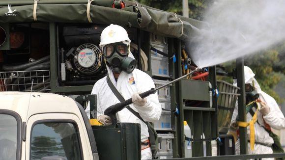 Bộ đội hóa học đã phun khử khuẩn Bệnh viện Bệnh Nhiệt đới T.Ư cơ sở 2 chiều nay, 6.5. /// Ảnh Đậu Tiến Đạt