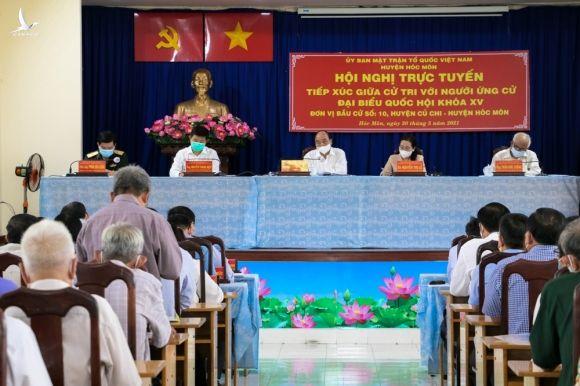 Chu tich nuoc Nguyen Xuan Phuc tiep xuc cu tri anh 1