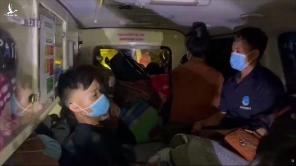 Thu 300.000 đồng/người, xe cứu thương nhét 12 người ở Bắc Ninh về Sơn La - 2
