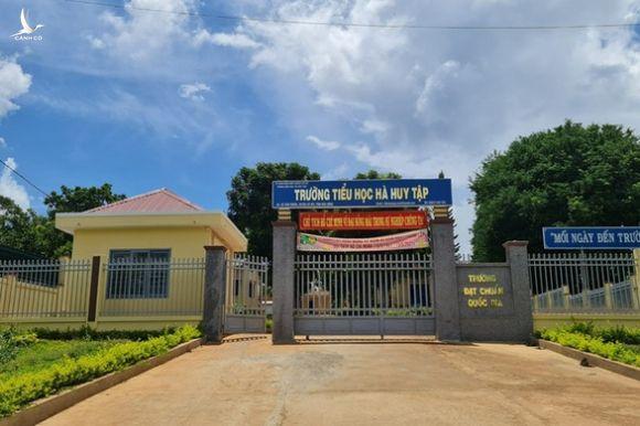 Xác minh vụ học sinh nghèo bị giam học bạ vì nợ 550.000 đồng tiền quỹ - Ảnh 1.