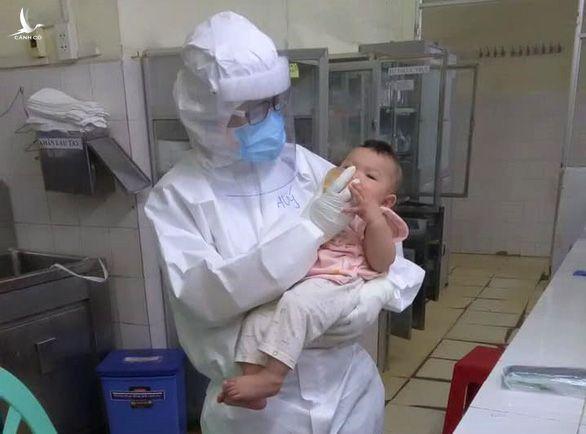 Em bé mắc COVID-19 bú sữa bình trong lòng nữ bác sĩ khiến nhiều người rơi lệ - Ảnh 1.