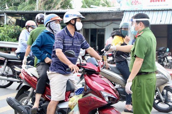 Chốt kiểm soát tại Gò Vấp (TP.HCM): 'Xả' chốt hợp lý, dân khen 'thuận lợi, không bị trễ giờ làm' - ảnh 10