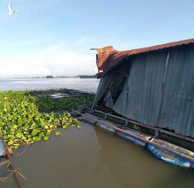 Vụ tai nạn làm hơn 9 tấn cá thoát ra sông.