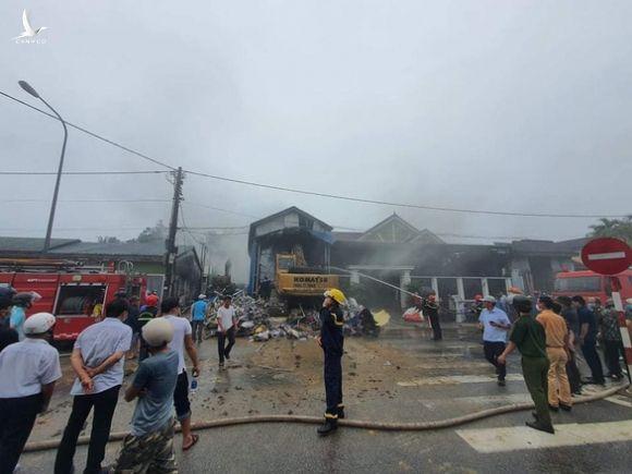 Cháy lớn kho phế liệu trong khu dân cư, di dời khẩn cấp hàng trăm người dân - Ảnh 2.
