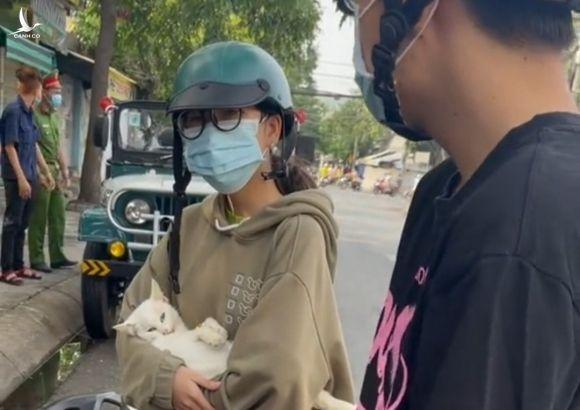 Hai người trẻ ở tỉnh Long An bị yêu cầu dừng lại vì vi phạm Chỉ thị 16 khi định đưa mèo đi khám chữa bệnh /// Chụp lại màn hình