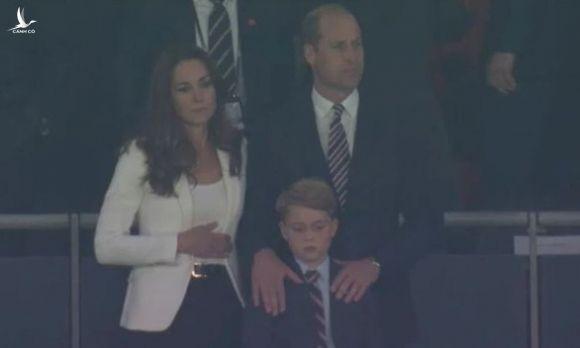 Hoàng tử Anh 7 tuổi buồn thiu, còn Tổng thống Ý Mattarella 79 tuổi phấn khích gây sốt - Ảnh 2.