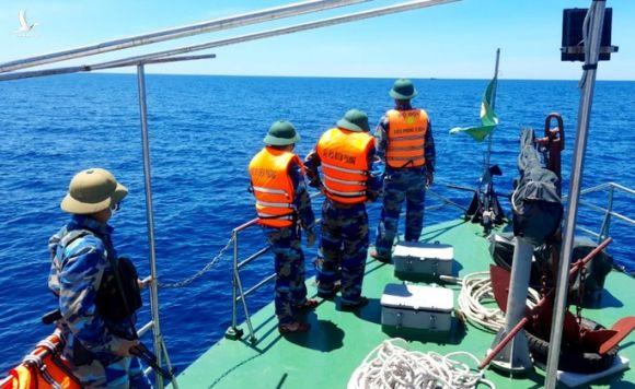 Quảng Bình xua đuổi 2 tàu cá Trung Quốc xâm phạm vùng biển Việt Nam - Ảnh 1.