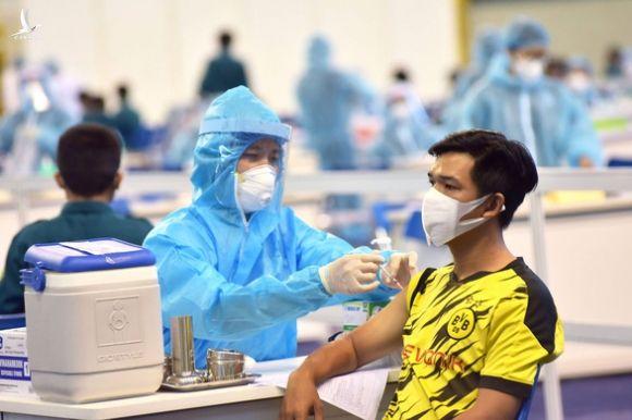 Nhiều bệnh viện quận, huyện ở TP.HCM bắt đầu tiêm ngừa vắc xin phòng COVID-19 đợt 5 - Ảnh 1.
