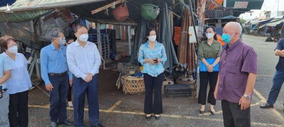 Thứ trưởng Đỗ Thắng Hải và Tổ công tác đặc biệt Bộ Công thương, Bộ NN-PTNT... đi thực tế tại chợ đầu mối TP.HCM ngày 24.7 /// Ảnh: BỘ CÔNG THƯƠNG